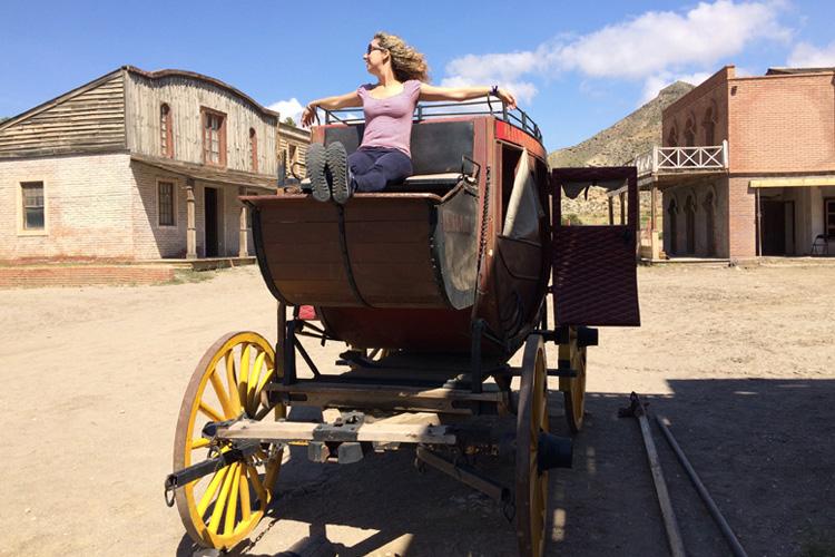 La blogger Corinna Agostoni seduta su una diligenza, a Fort Bravo nel Deserto di Tabernas.