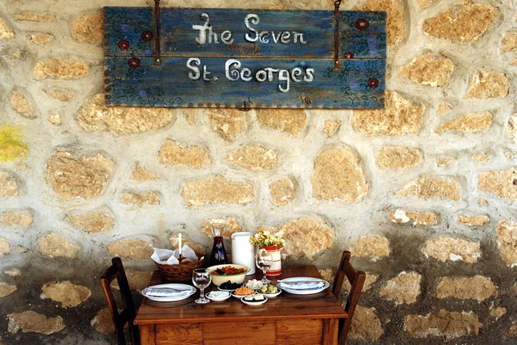 Un tavolo del Seven Saint Georges Tavern.