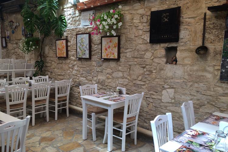 Una delle tipiche taverne di Omodos.