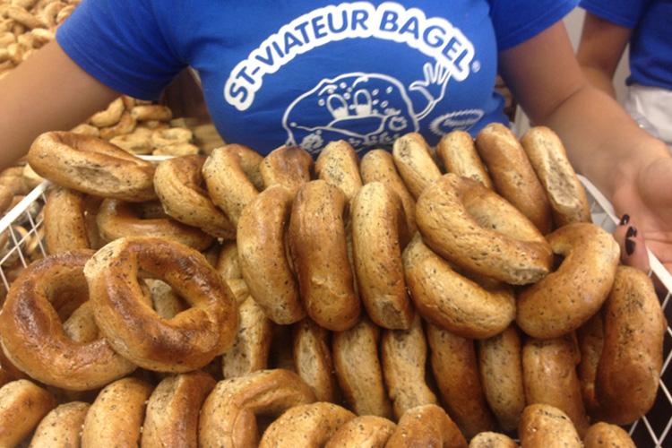 I croccanti bagel appena sfornati da St-Viateur Bagel, a Montréal.