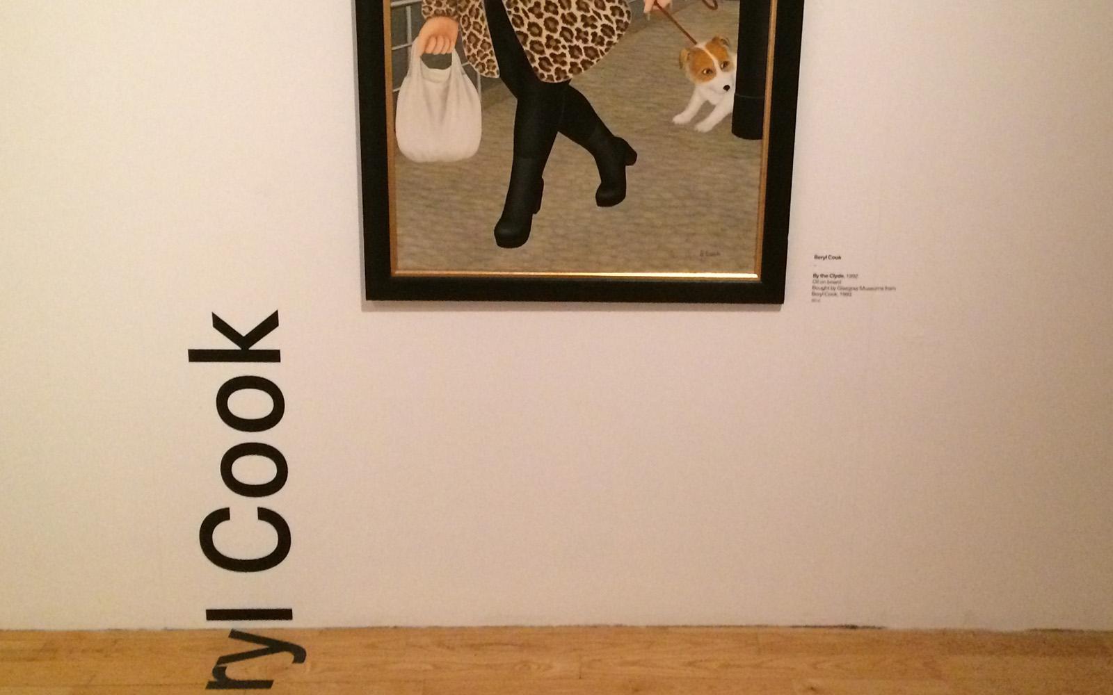 Un'opera di Beryl Cook esposta al GoMA di Glasgow.