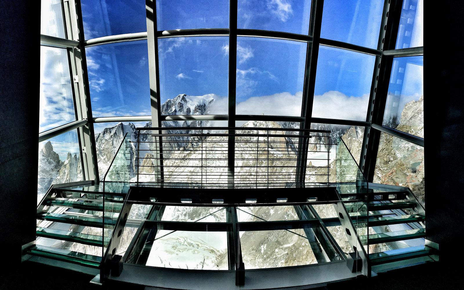 Lo SkyWow, sospeso sul Monte Bianco.