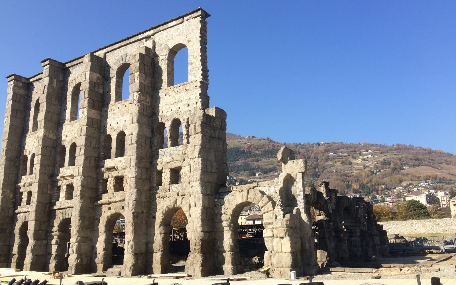Il teatro romano di Aosta, che ogni hanno ospita il mercato di Natale.