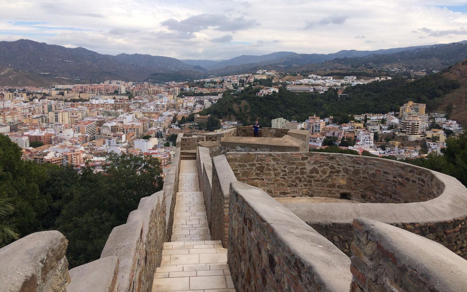 Il percorso lungo i bastioni del Castello di Gibralfaro di Malaga.