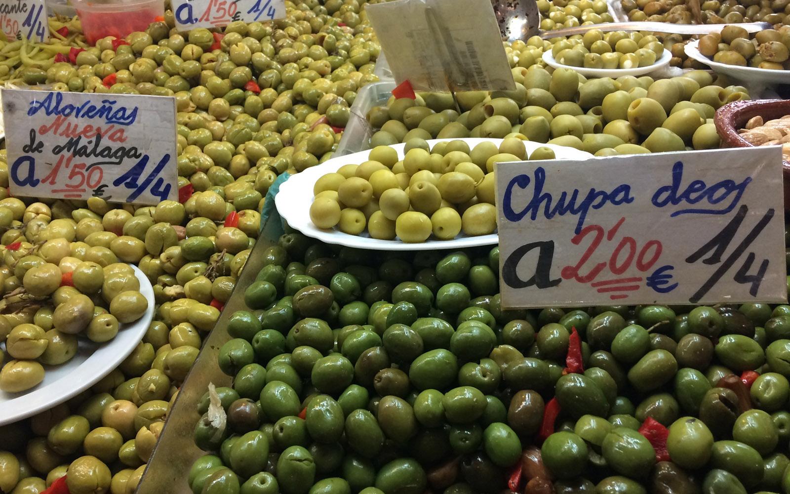 Un banco di olive al Mercato Centrale di Atarazanas.