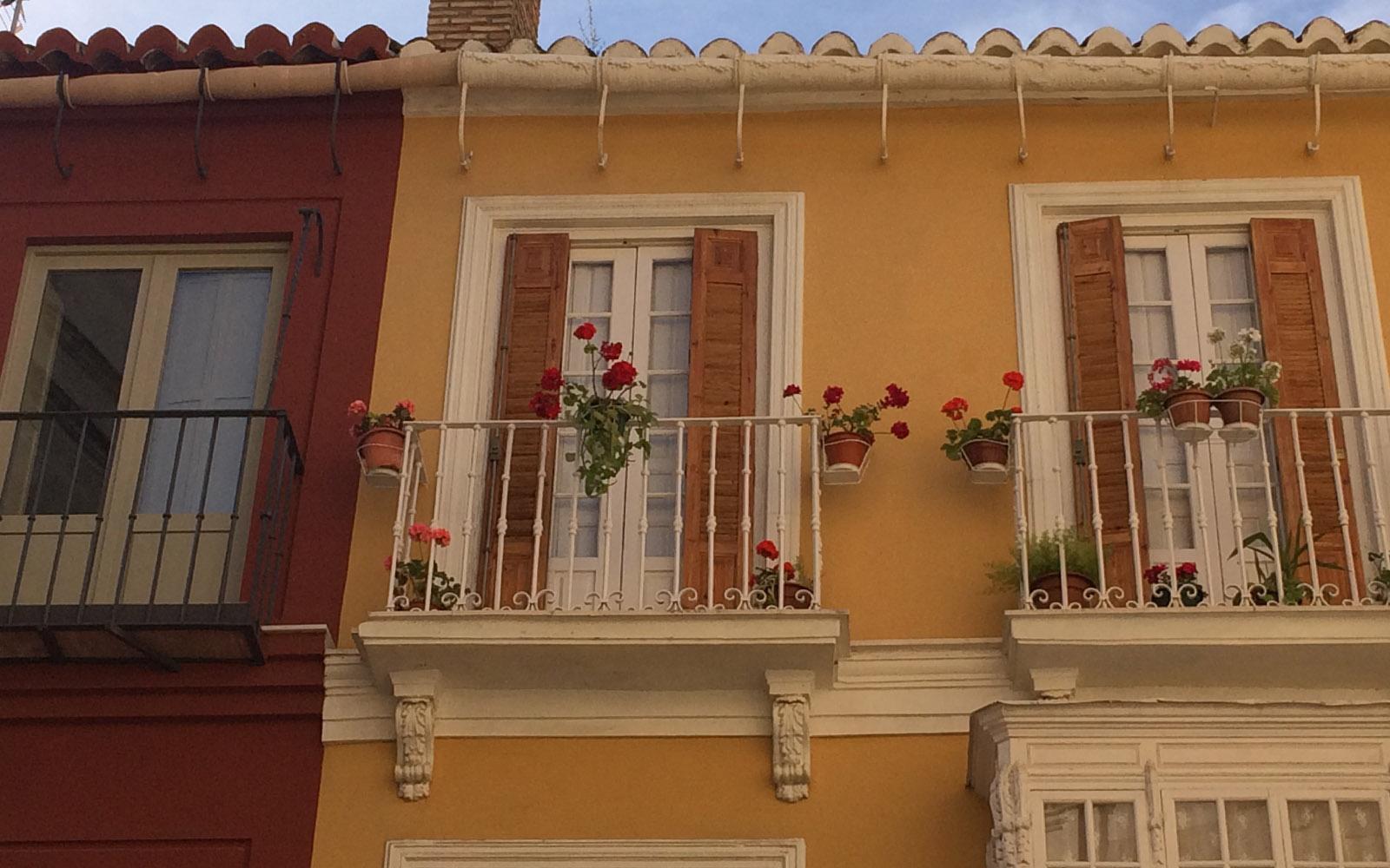 Le graziose casette di fronte al Museo Picasso di Malaga.