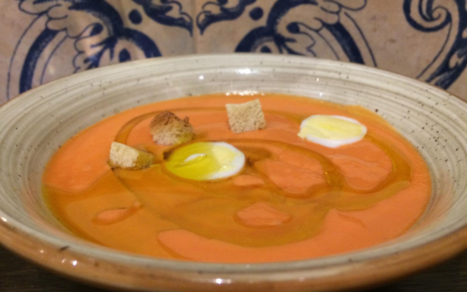 Tapas di salmorejo, tipica zuppa fredda dell'Andalusia.