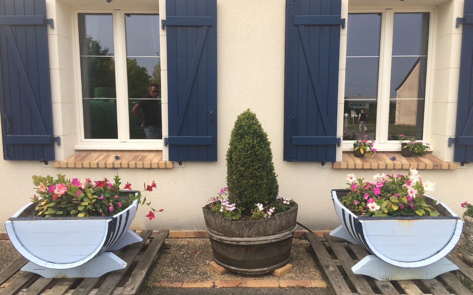 L'esterno fiorito della sala degustazioni del Domaine Gérard Millet.