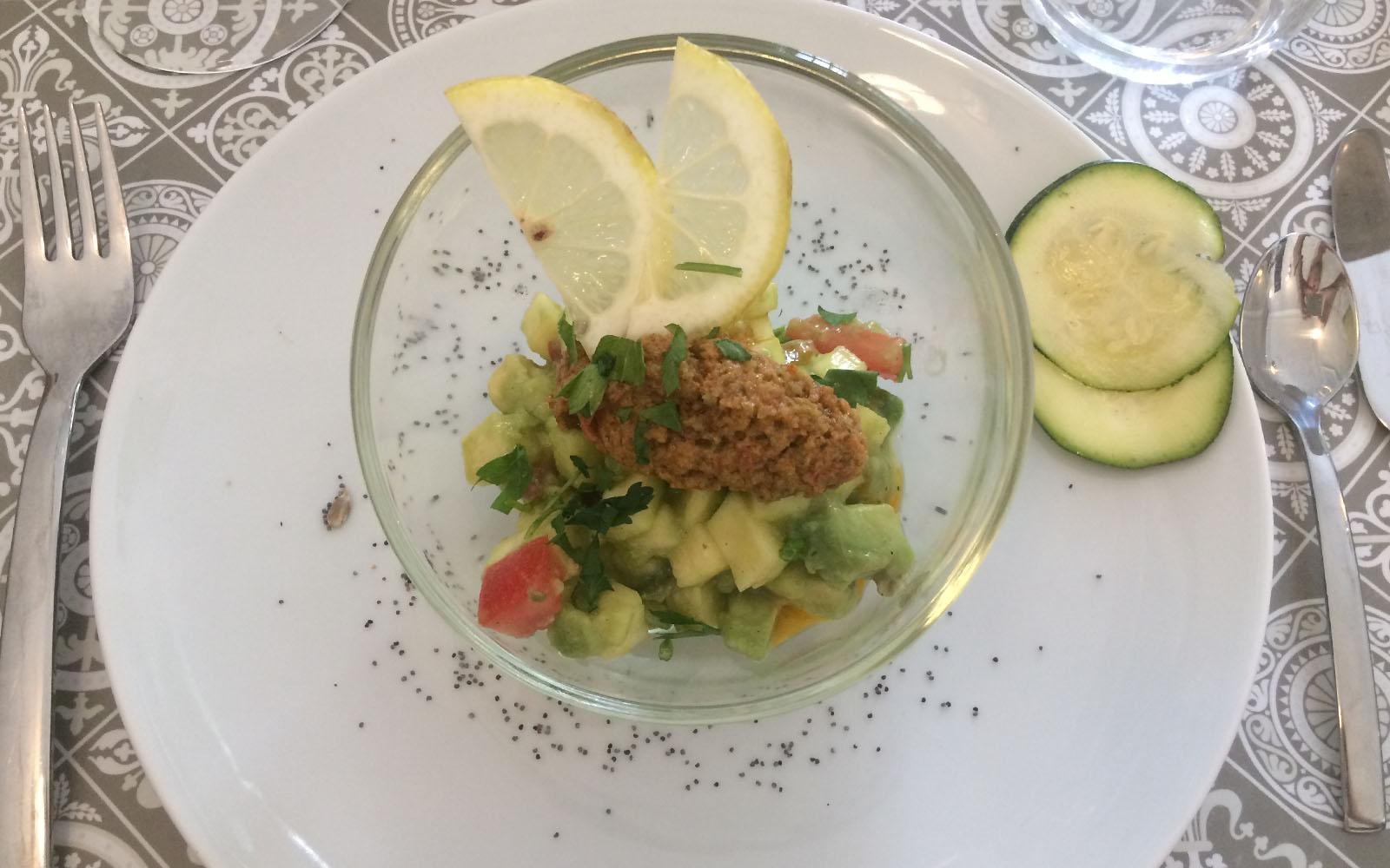 La tartare vegetariana di avocado bio, un antipasto del ristorante La Maison.