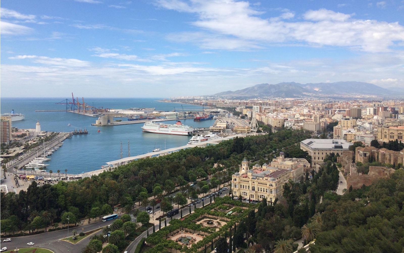 Veduta panoramica di Malaga nel percorso che conduce in cima al Castello di Gibralfaro.
