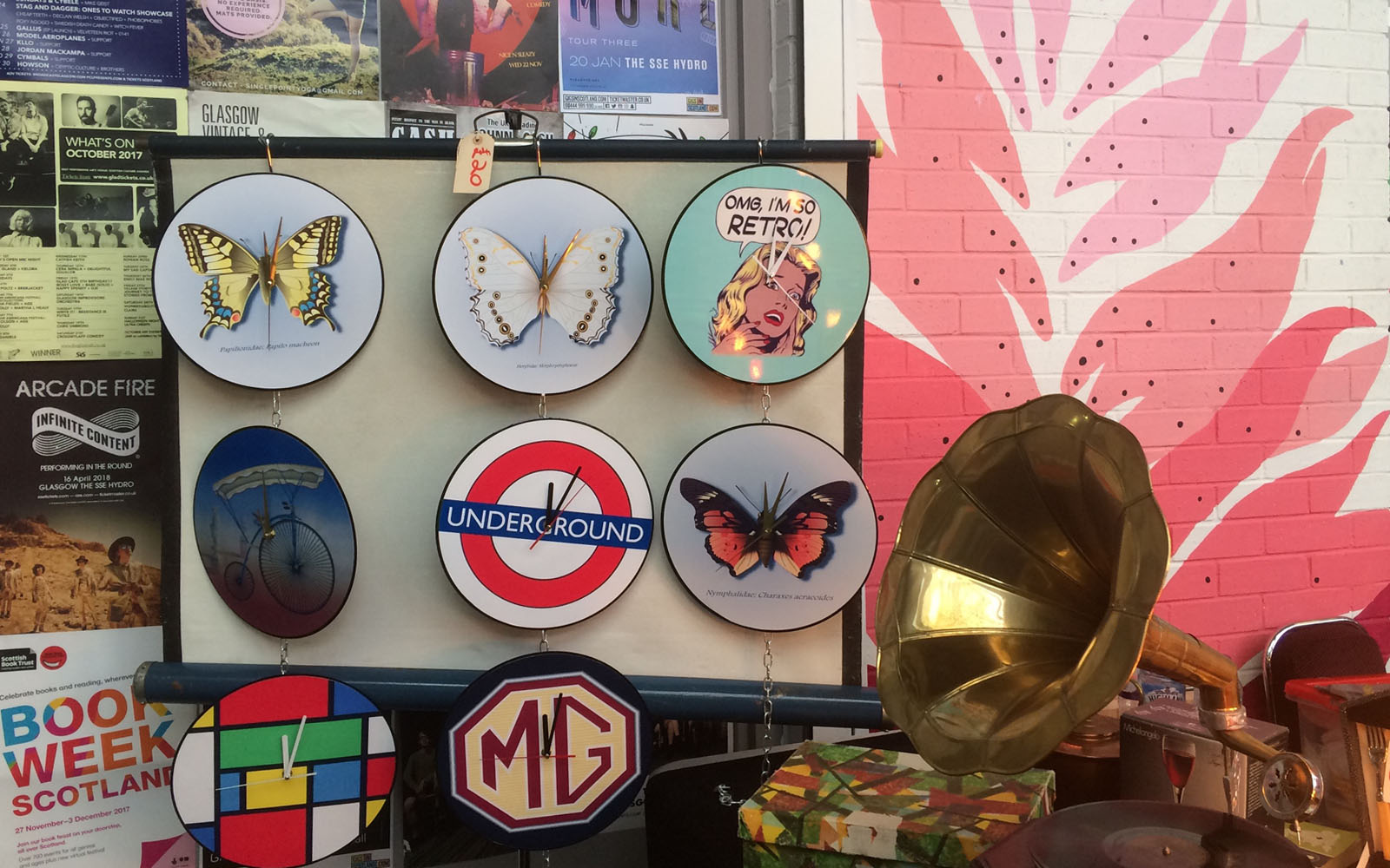 Alcuni degli oggetti in vendita al Barras Market di Glasgow della domenica.