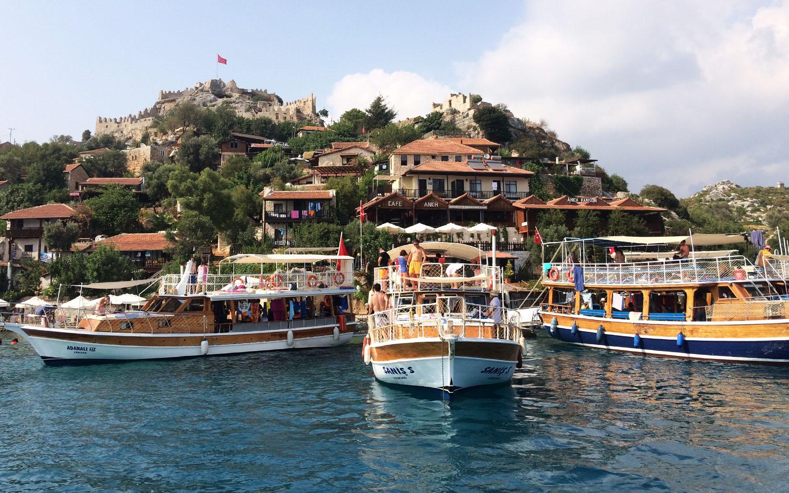 Il villaggio di Simena ammirato dalla barca.