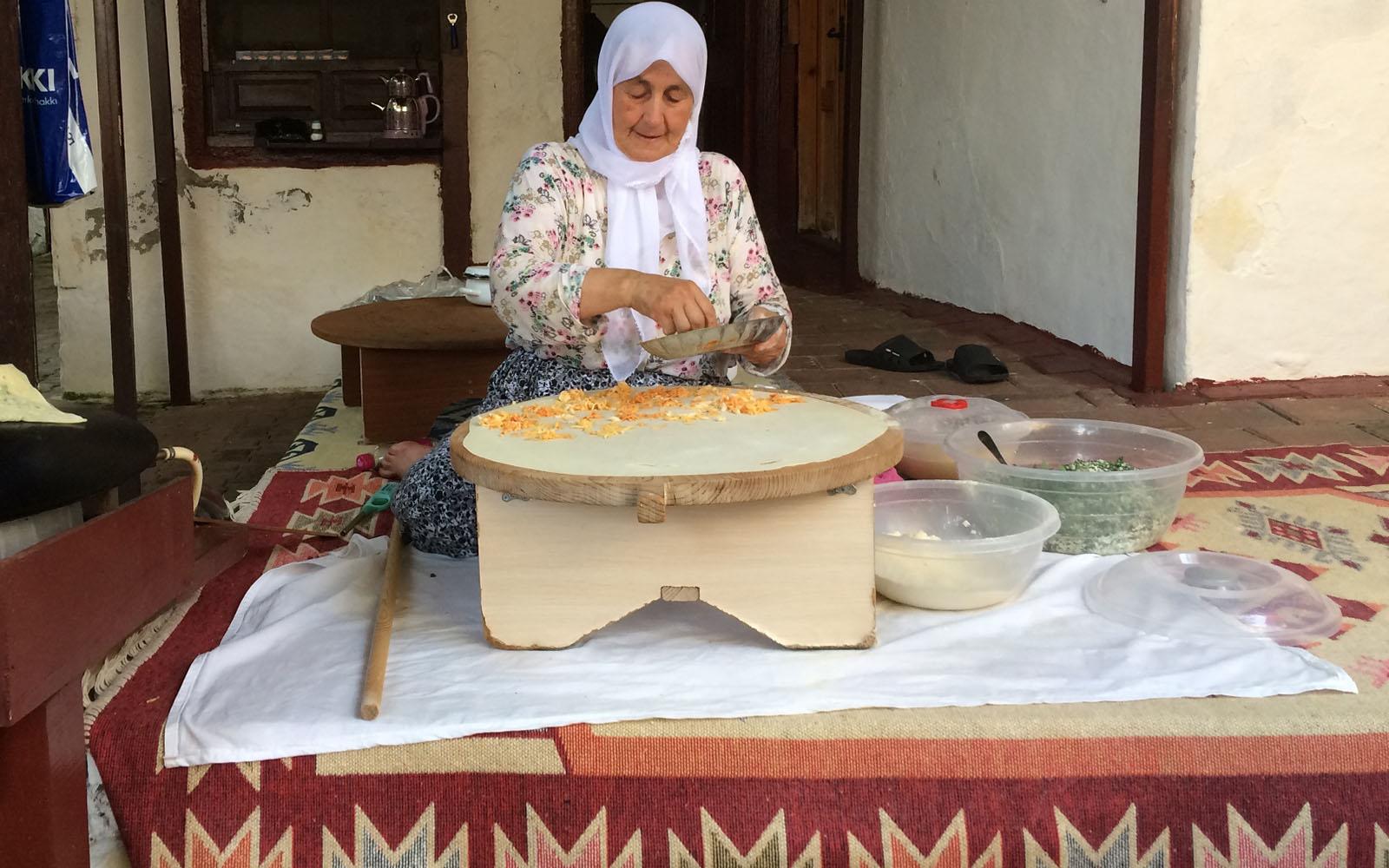 Il più buon gözleme mangiato in Turchia, fatto sul momento da una signora di Üçağız.