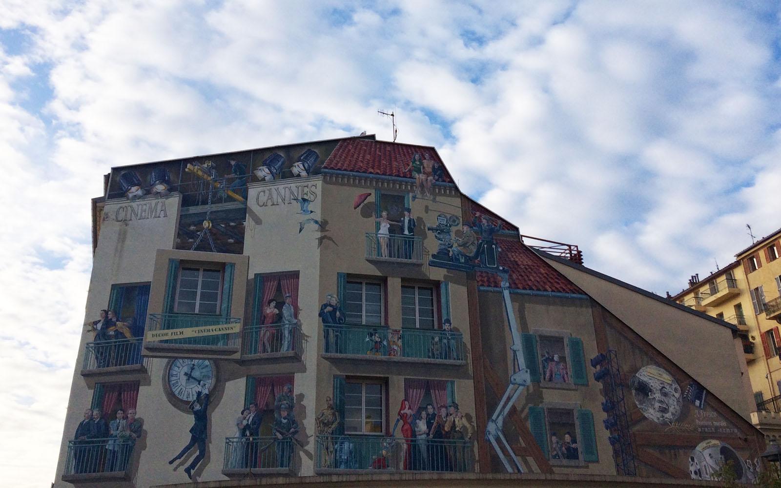 Il murale dedicato ai 100 anni del cinema, vicino al Porto Vecchio di Cannes.