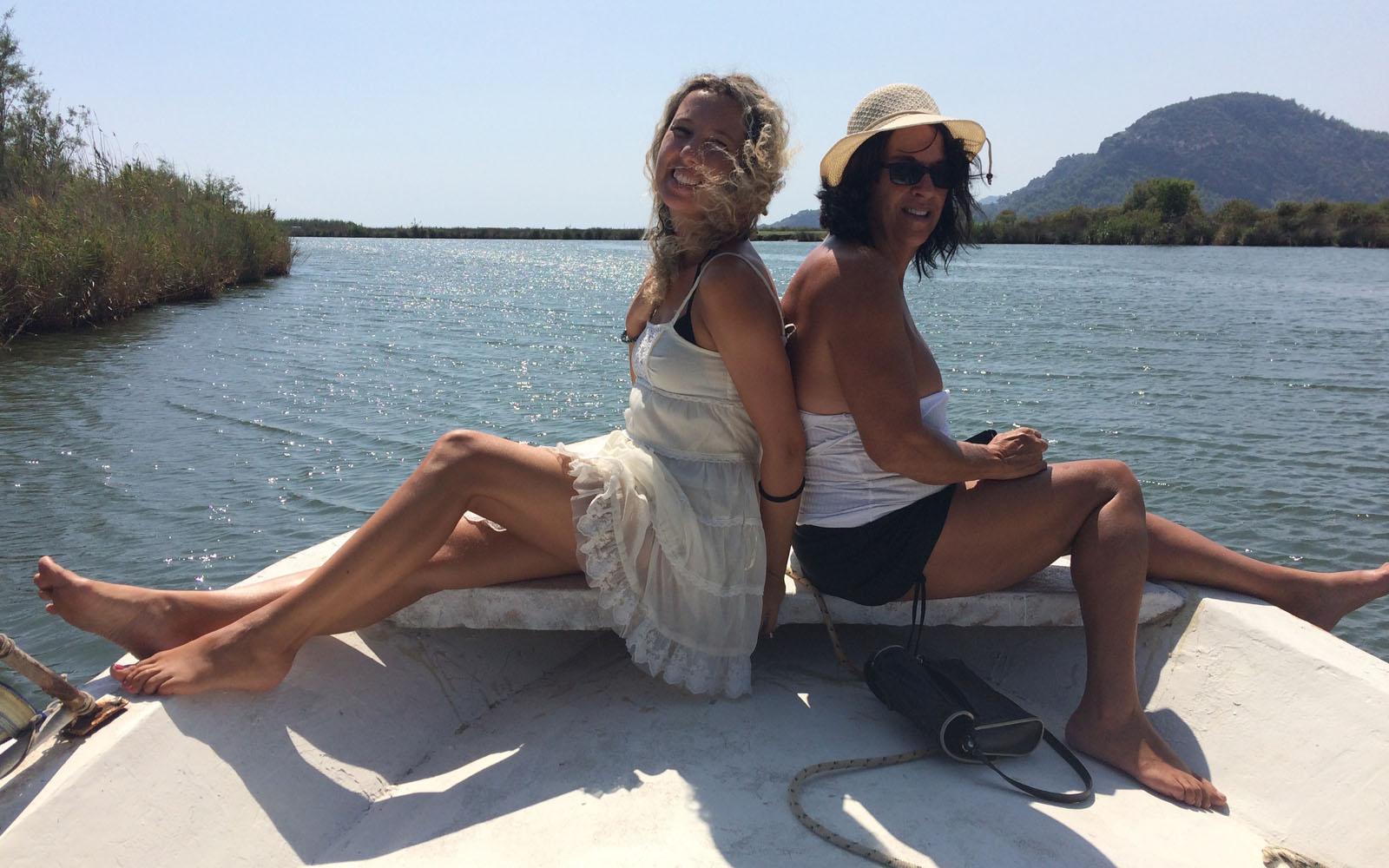 In barca, quando il fiume di Dalyan raggiunge il mare.