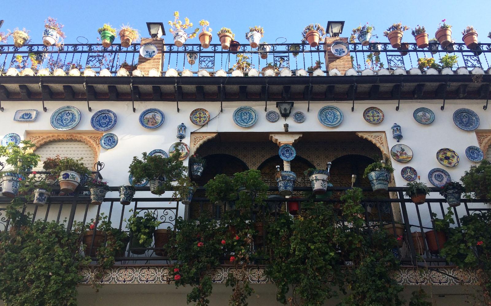 Una delle tipiche case e balconi del quartiere Albayzín, con piatti e vasi di ceramica colorati.