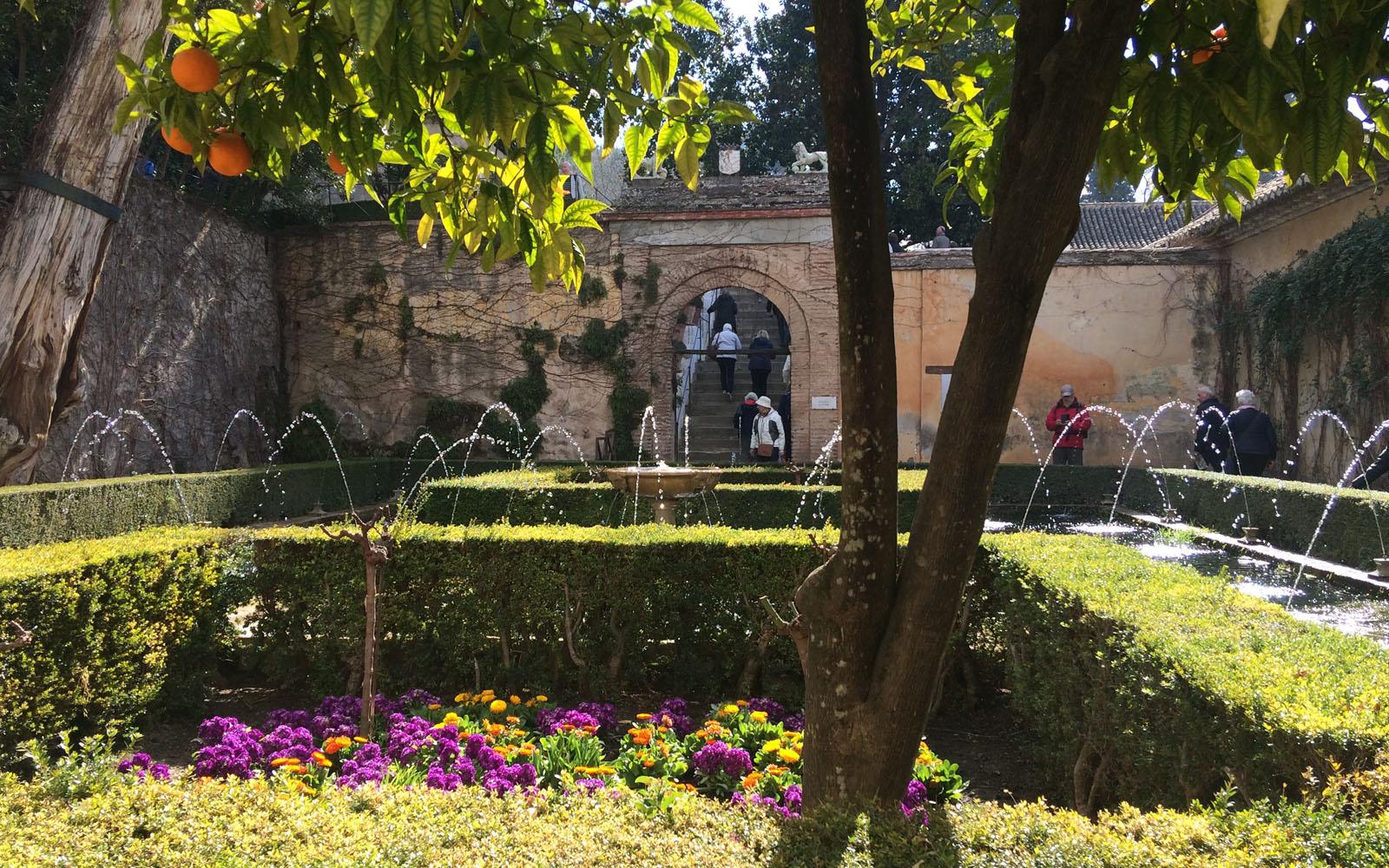 Uno dei suggestivi giardini dell'Alhambra di Granada, tra fontane zampillanti.