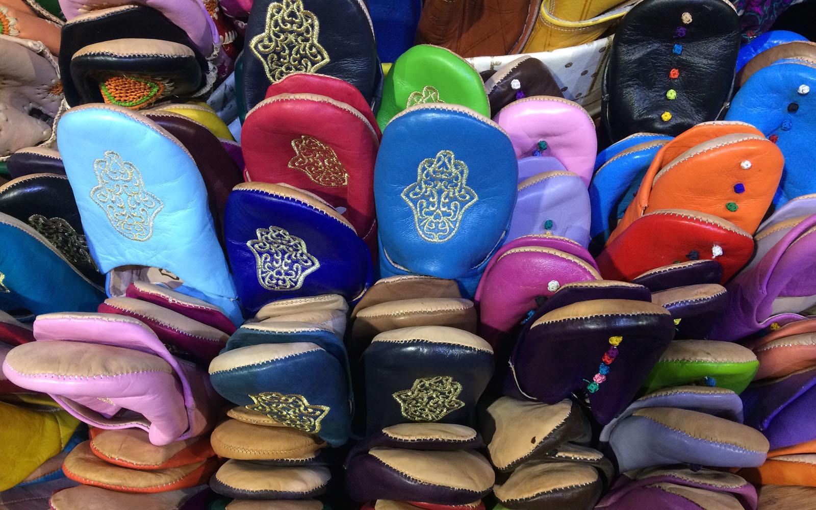 Ciabatte colorate in vendita nel suq arabo di Granada.