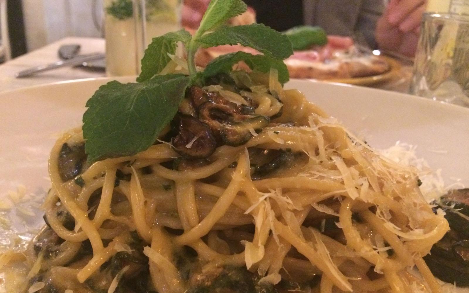 Gli spaghetti di Gragnano con zucchine fritte, Provolone del Monaco e menta.