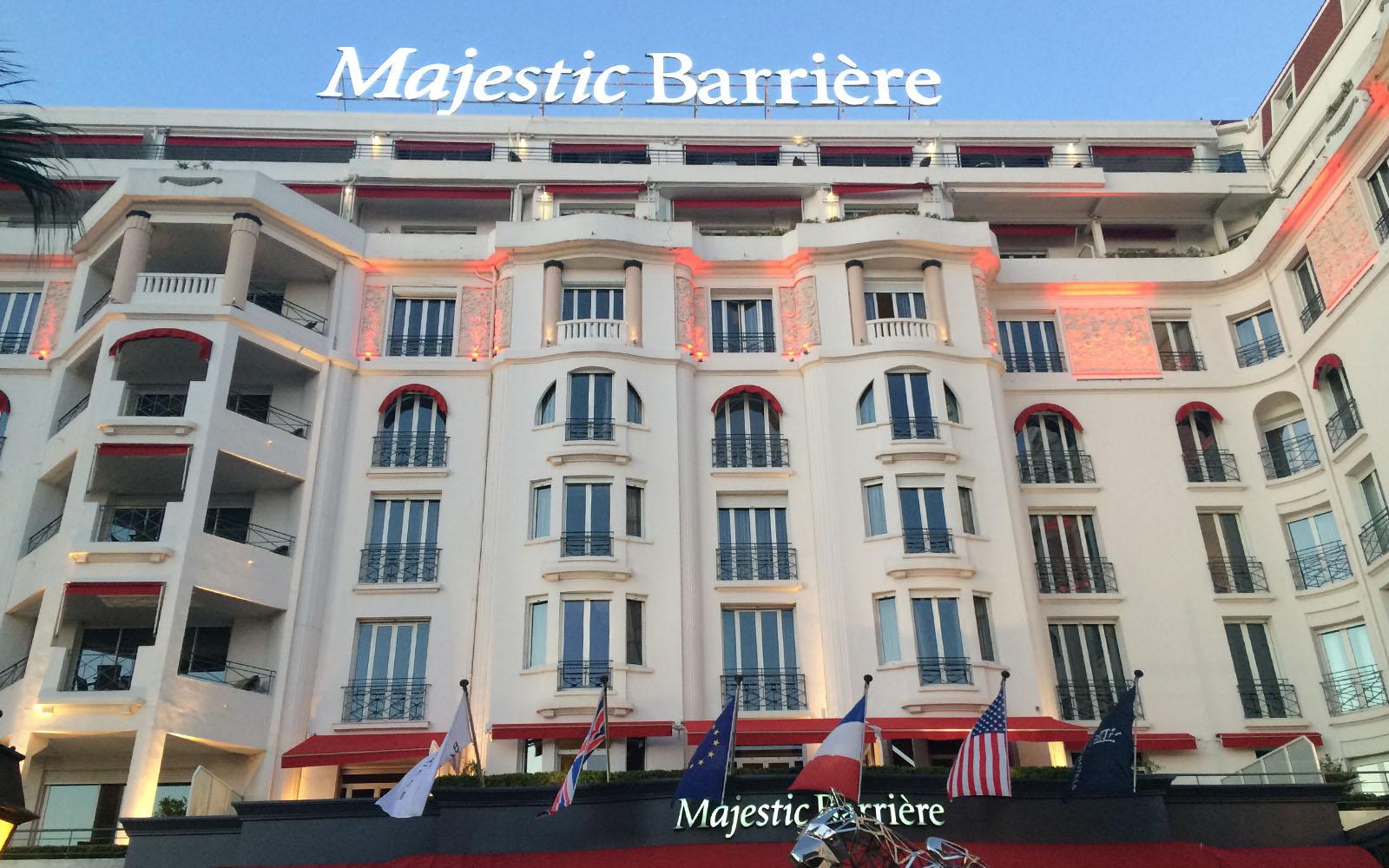 La facciata esterna dell'Hotel Barrière Le Majestic di Cannes.