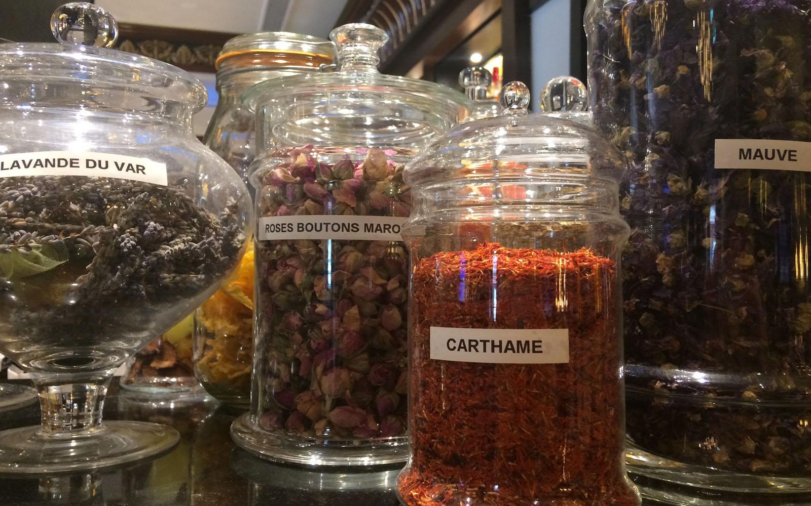 Erbe e fiori essiccati, usati per le preparazioni dei cocktail.