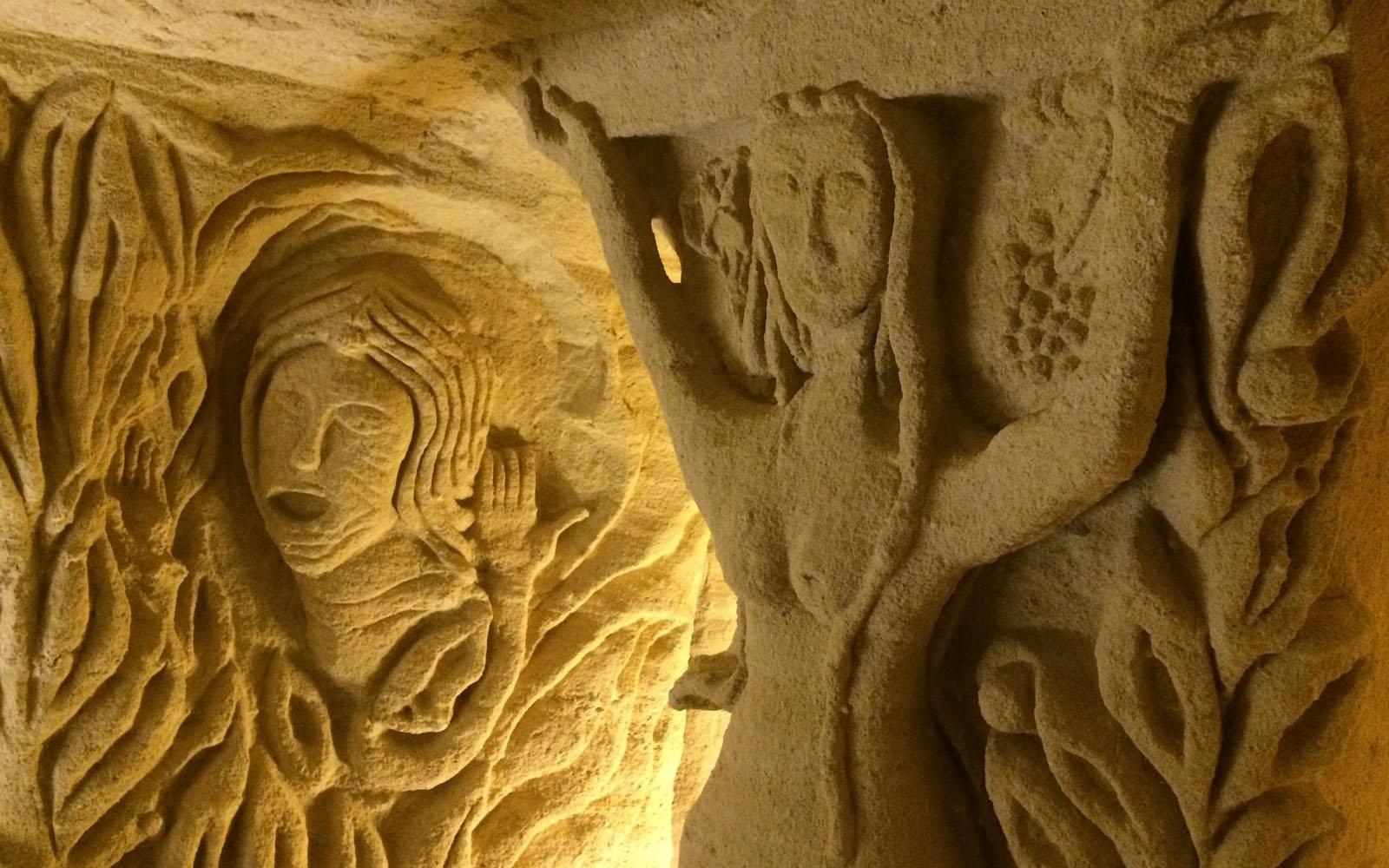 Le sculture nella grotta nei cunicoli sotterranei da Troglos de la Sablière, a Doué la Fontaine.
