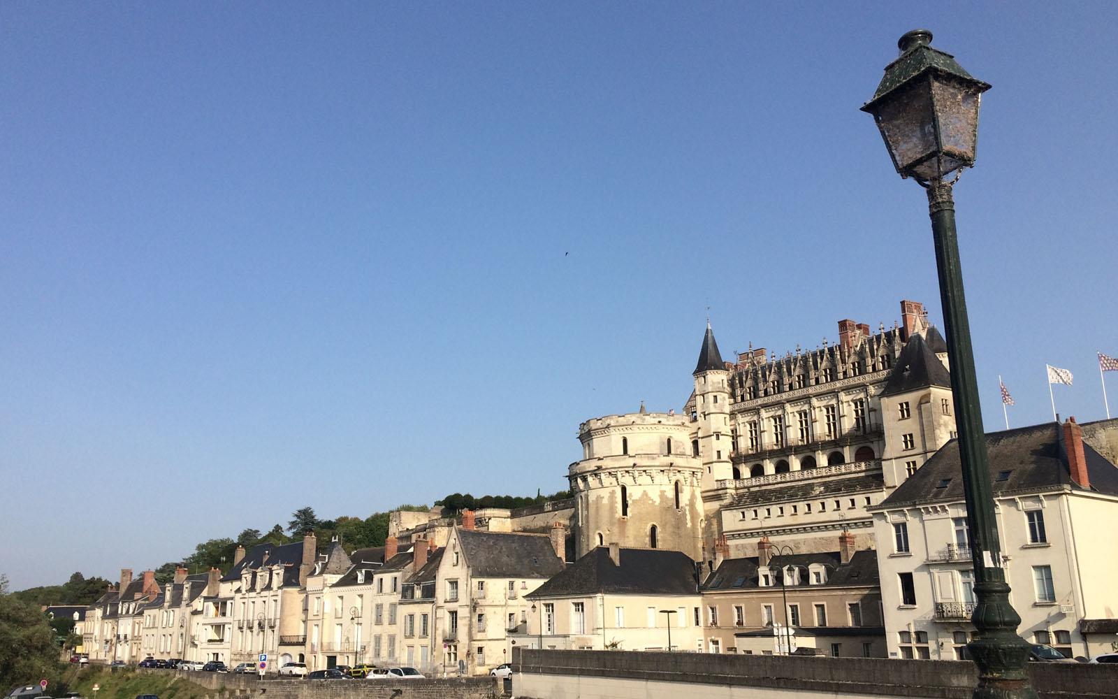 Veduta di Saumur dall'altra sponda del fiume.
