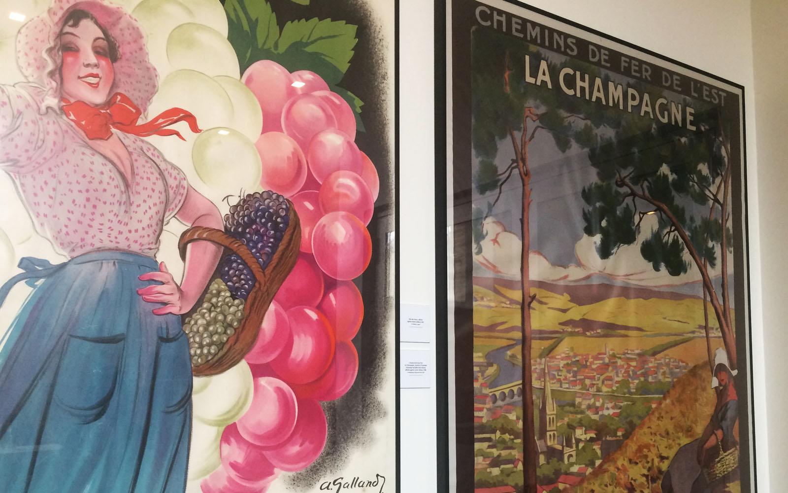 Due locandine vintage esposte nel museo La Cité du Champagne, ad Ay.
