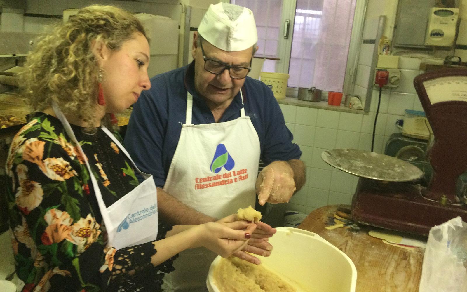 Con il signor Gianpaolo, intenta a preparare gli amaretti al Panificio Carrosio.