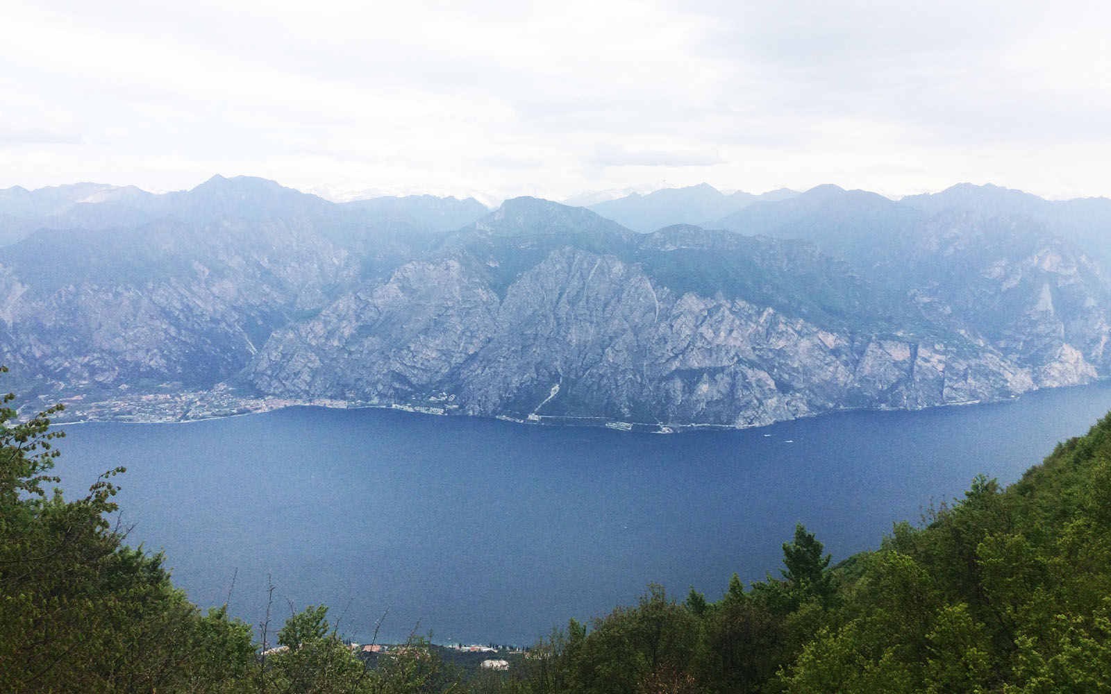 Uno scorcio sul lago di Garda dal Monte Baldo.