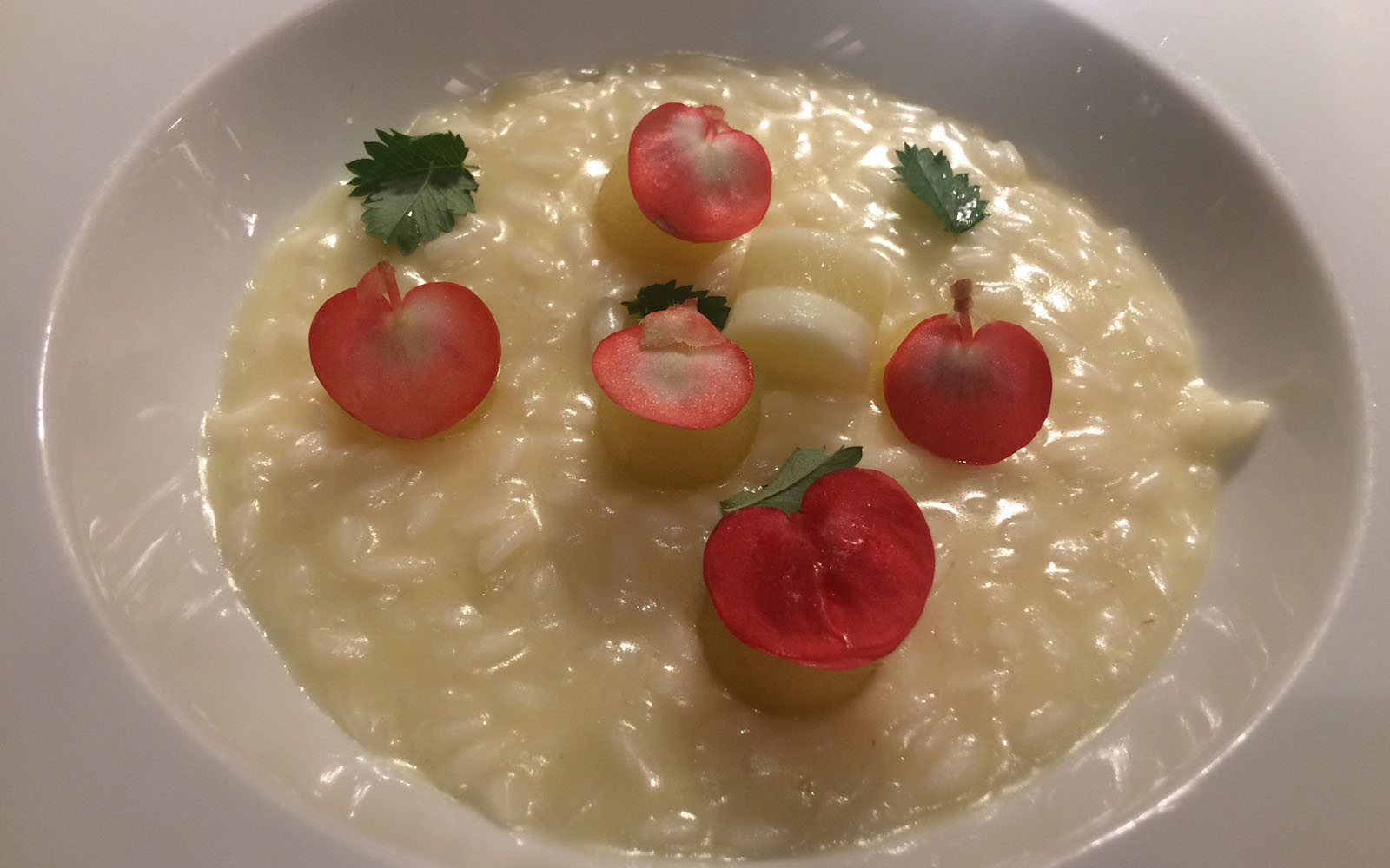 Il riso mantecato con mele, pimpinella e begonia dello chef Alfio Ghezzi