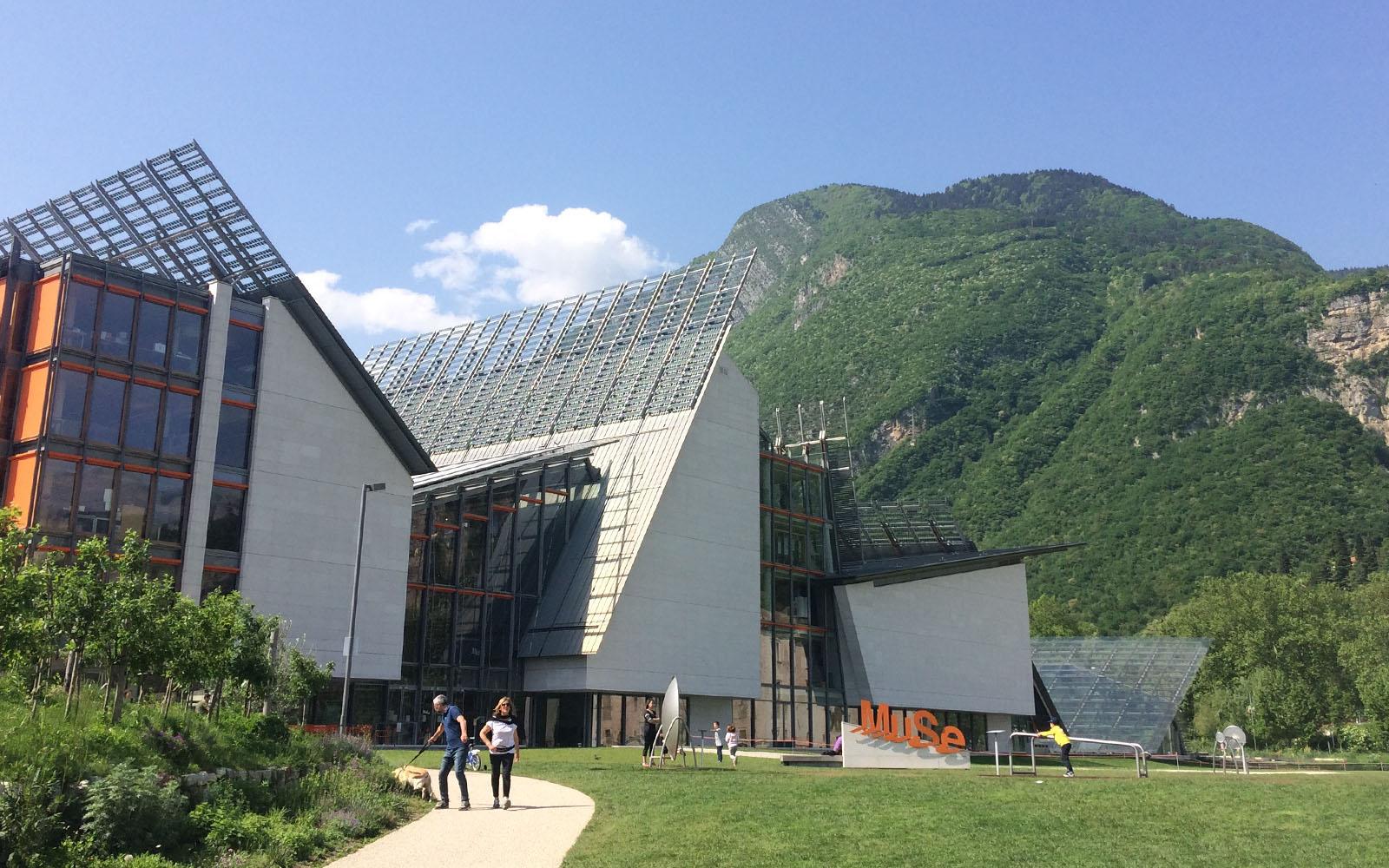 La facciata esterna del MUSE di Trento, l'opera realizzata da Renzo piano.