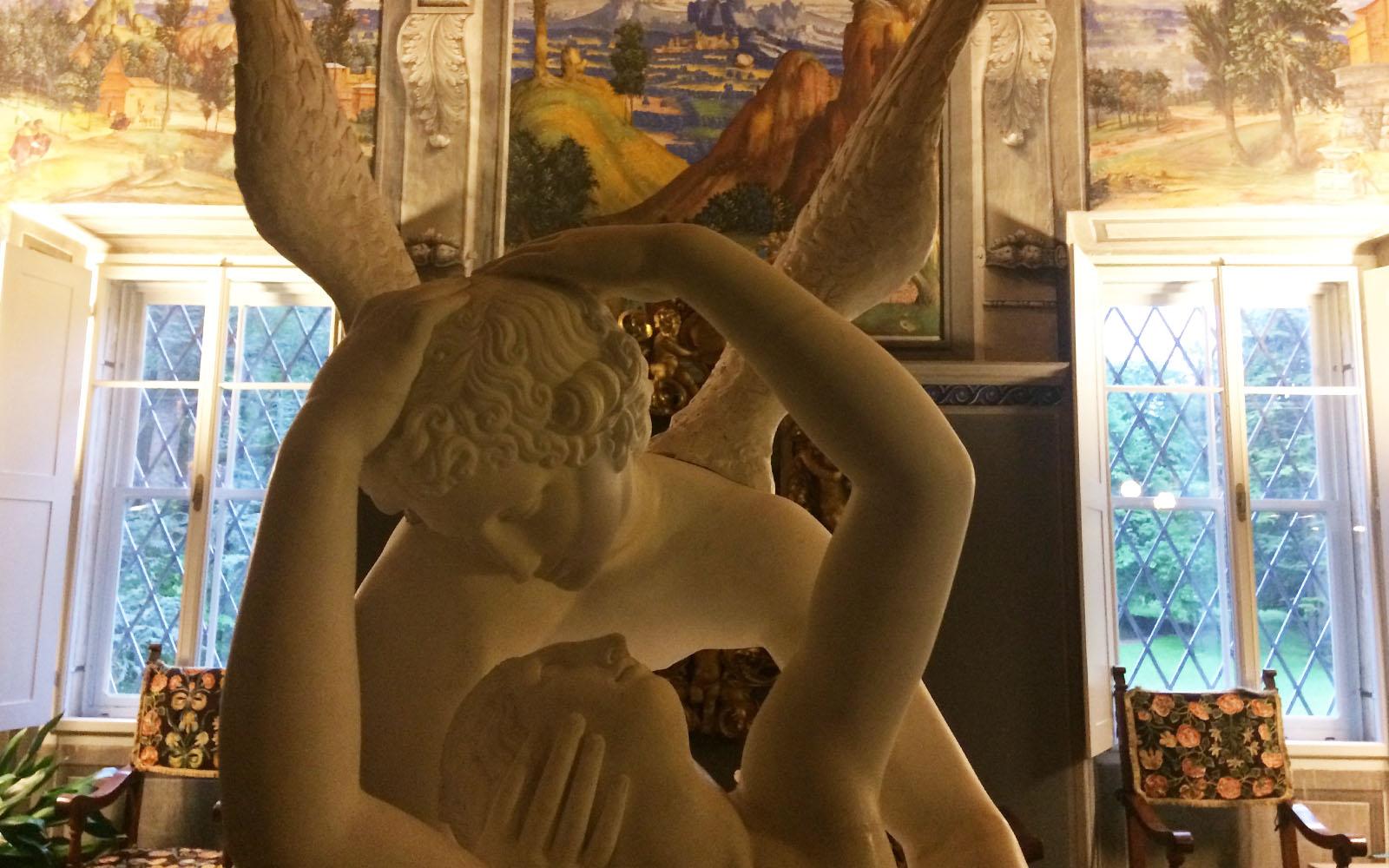 Una scultura di scuola Canova e sullo sfondo gli affreschi di Villa Margon.