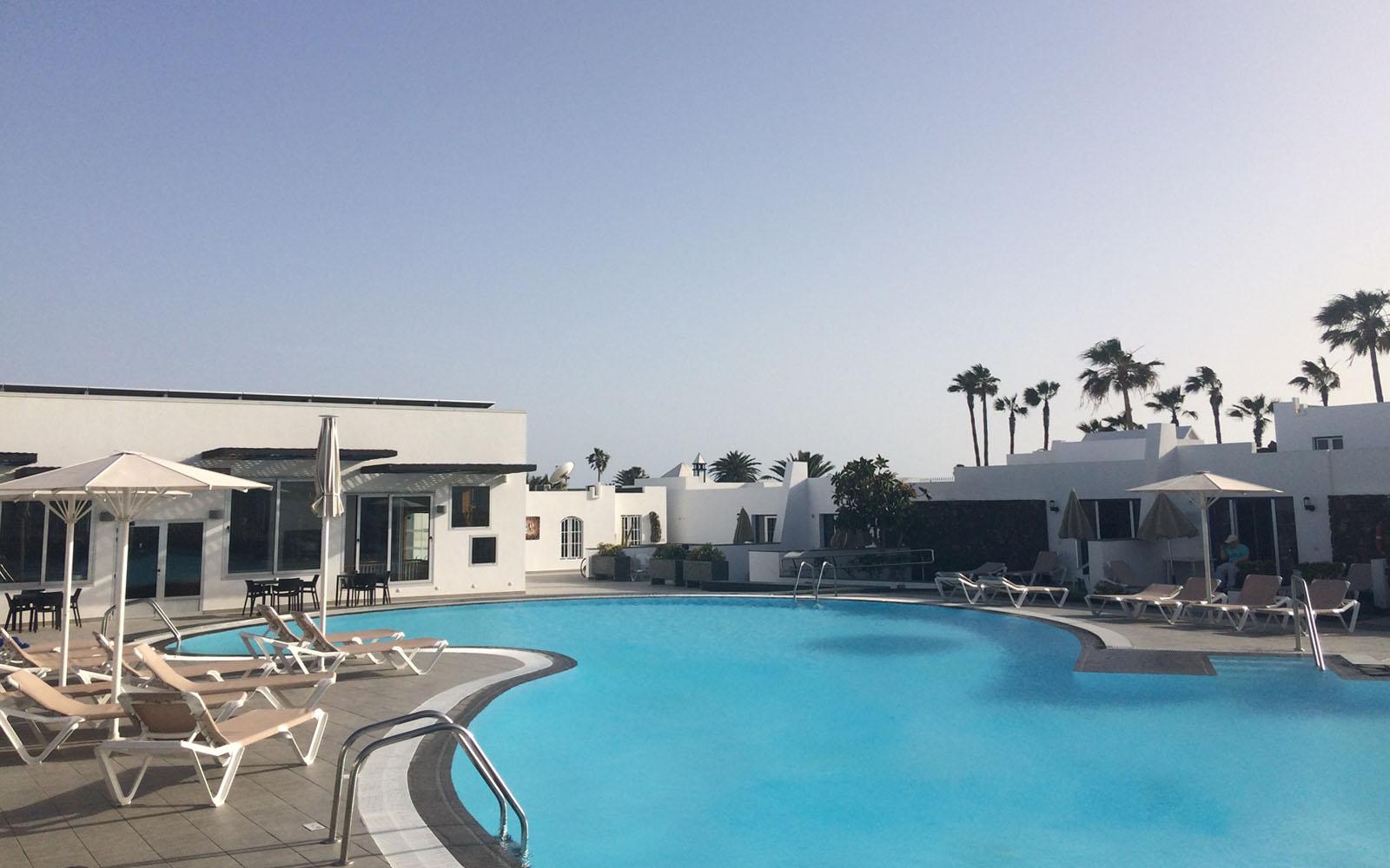 La piscina, libera da barriere architettoniche, del Nautilus Lanzarote
