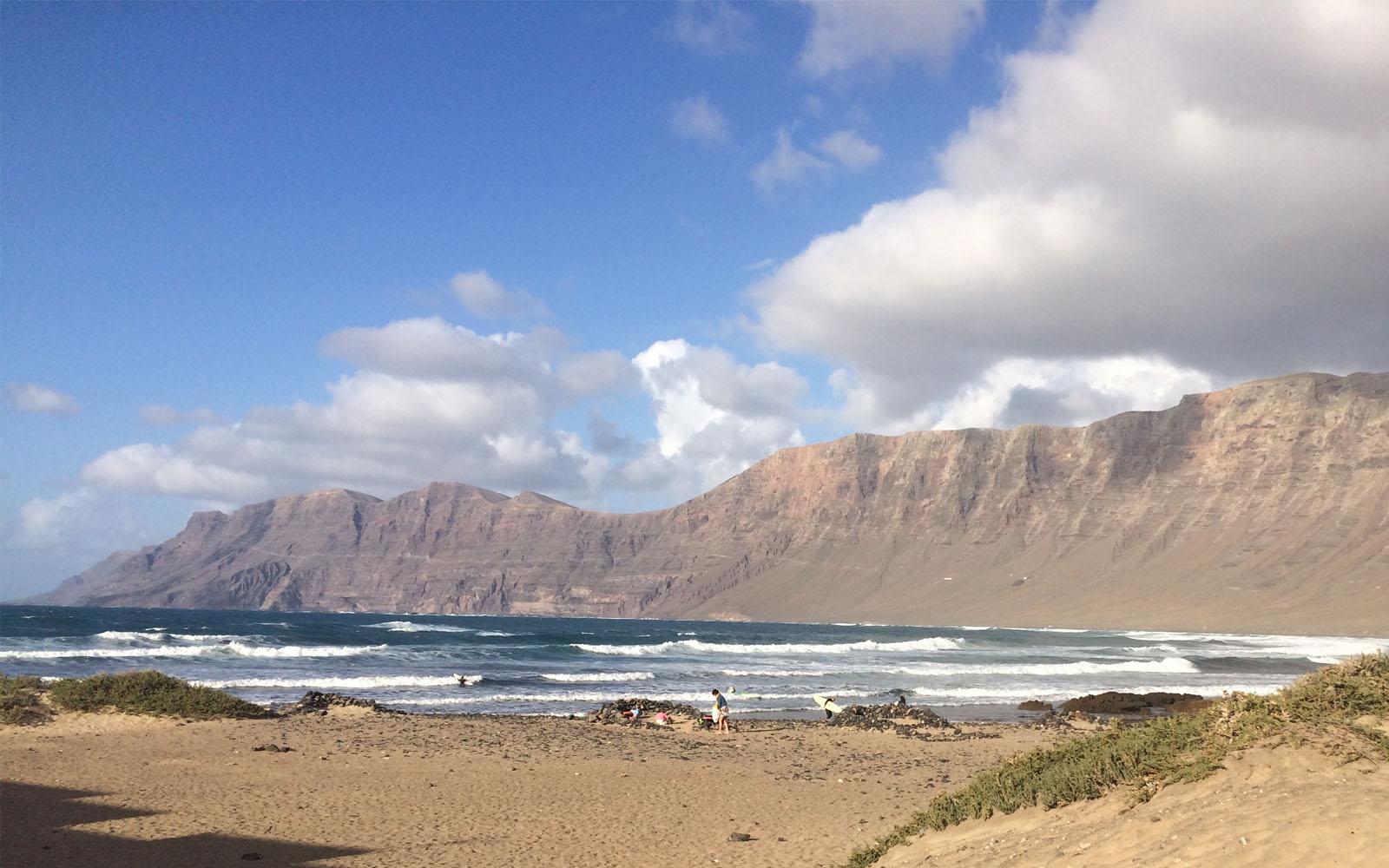 La spiaggia de la Caleta de Famara, ideale per fare surf.