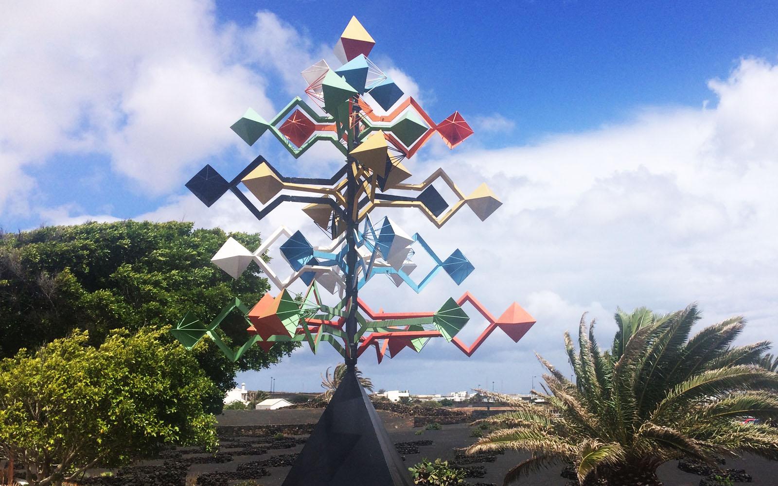 """La scultura """"El Juguete del Viento"""" di Manrique, nel giardino della sua Fondazione a Lanzarote."""