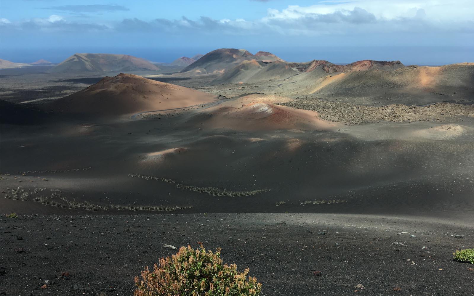 Il paesaggio lunare di Lanzarote, isola vulcanica dal fascino selvaggio.