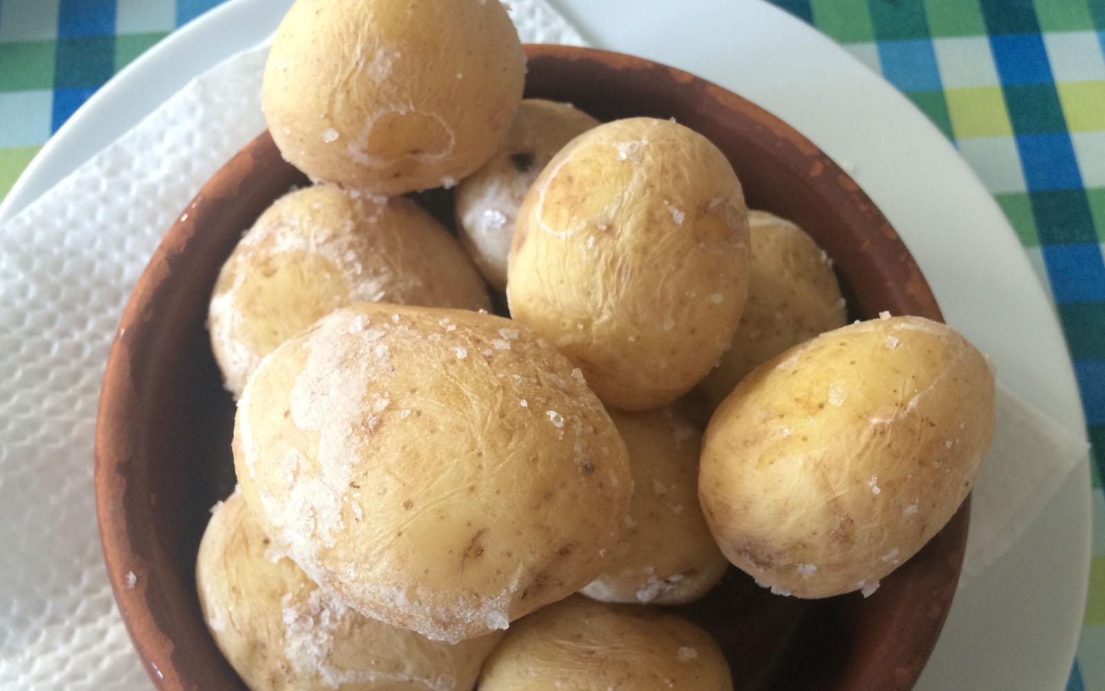 Le ottime papas arrugadas servite nel ristorante El Barquillo.