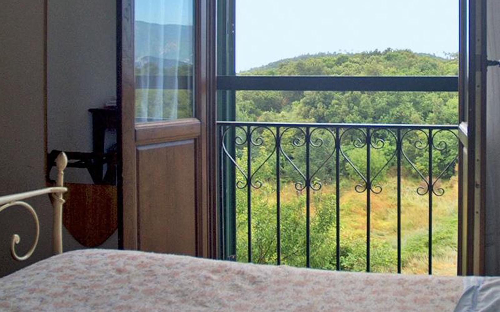 Scorcio del paesaggio dell'entroterra ligure da una camera dell'hotel.