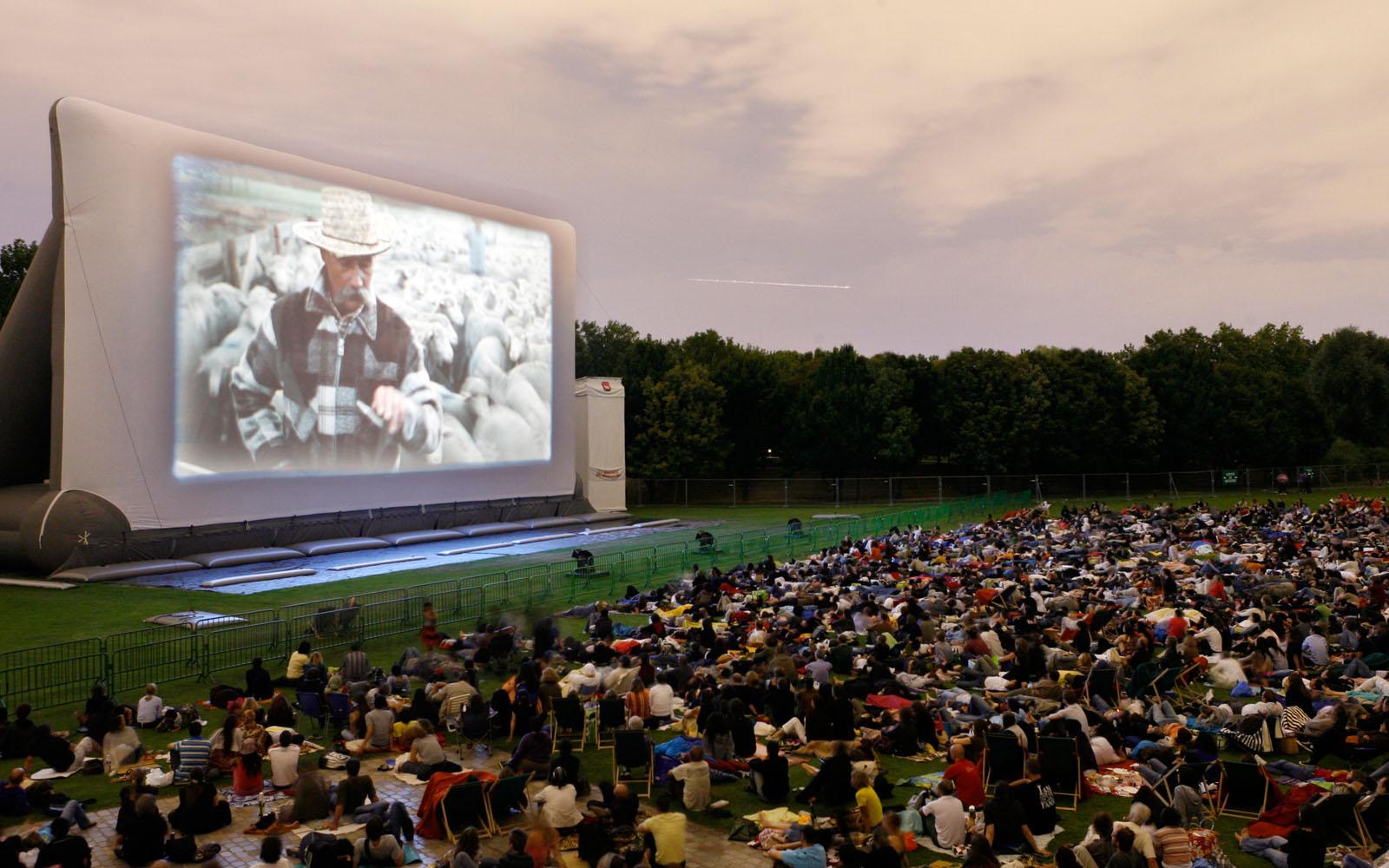 Il cinema sotto le stelle nel Parco della Villette, a Parigi.