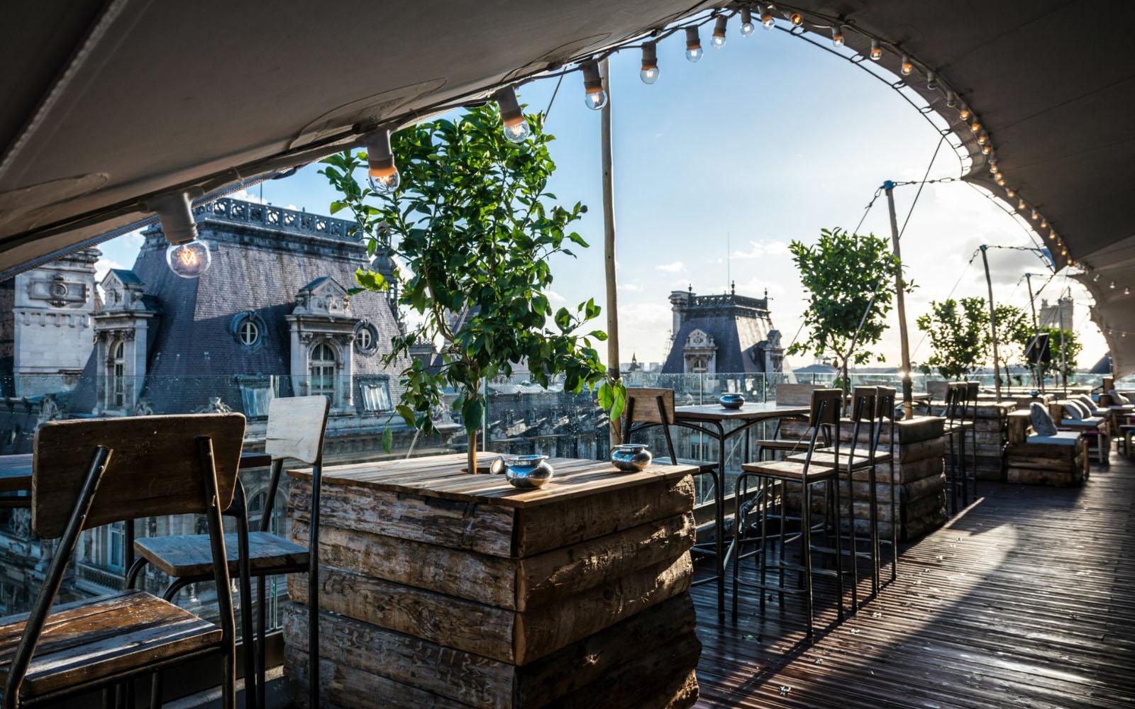 Il locale con terrazza sul tetto Le Perchoir, nel centrale quartiere Marais di Parigi.
