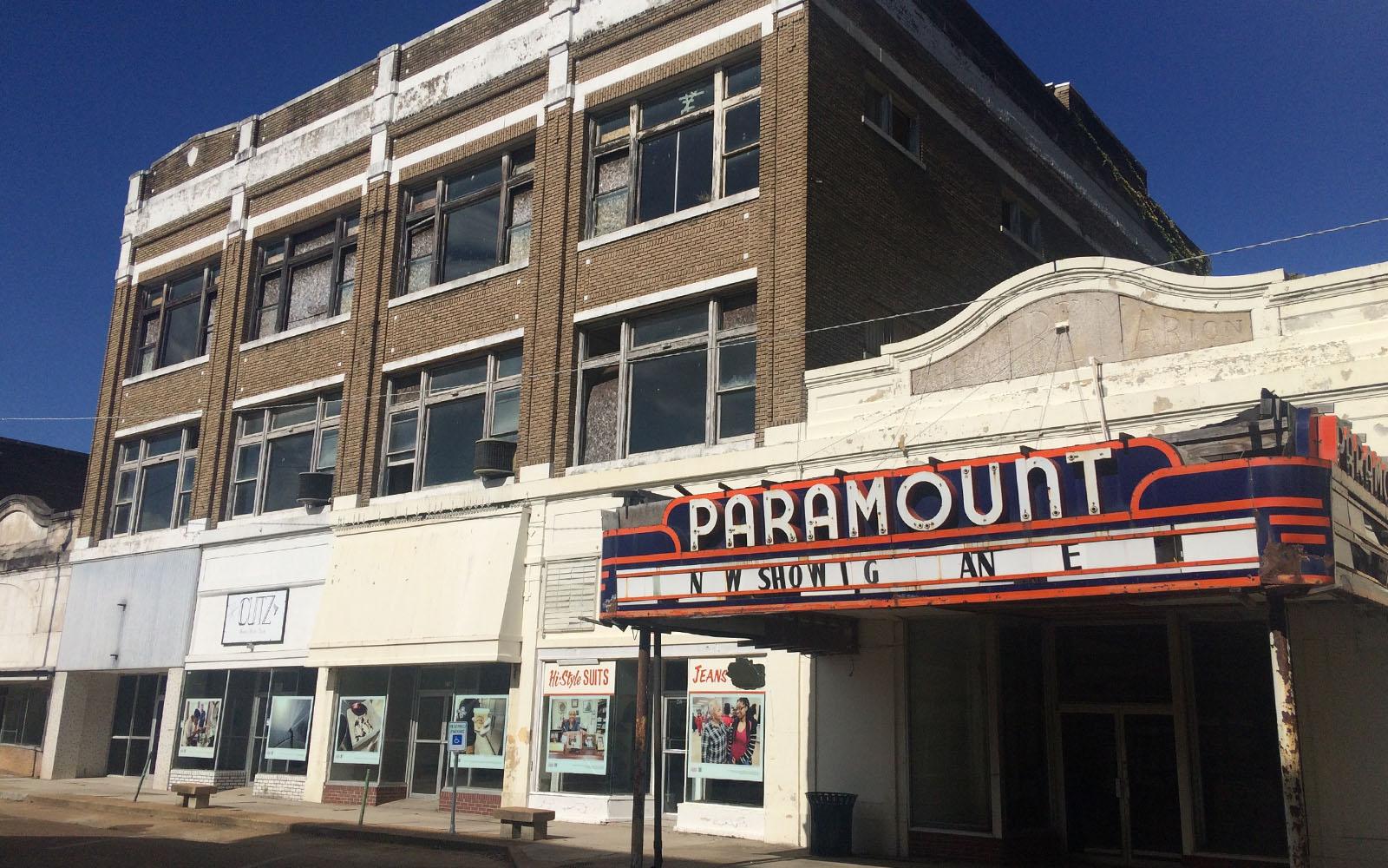 La storica insegna del Paramount Theatre, nel downtown di Clarksdale.
