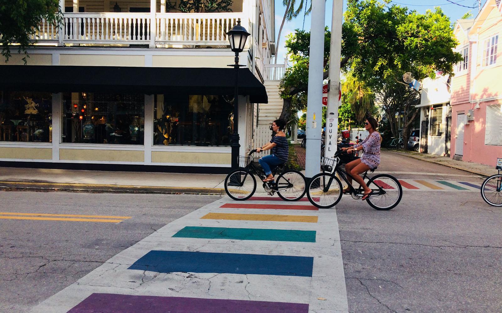 Le strisce pedonali arcobaleno in Duval street, una delle arterie principali di Key West.