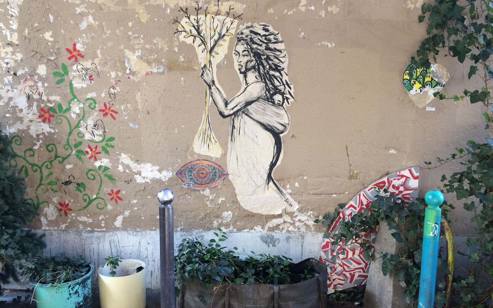 I muri e le strade di Belleville sono spesso impreziositi da murales e piante.