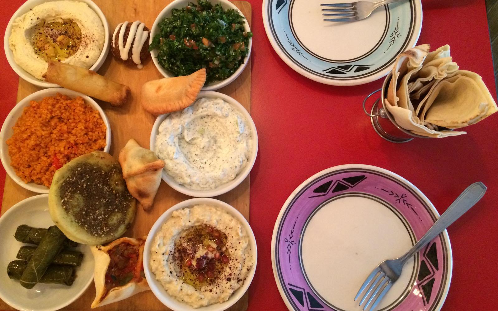 Il piatto misto vegetariano da Atelier Libanais di Belleville, a Parigi.