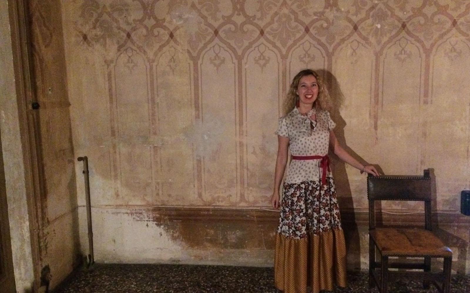Corinna Agostoni in una delle stanze di Villa Arconati.