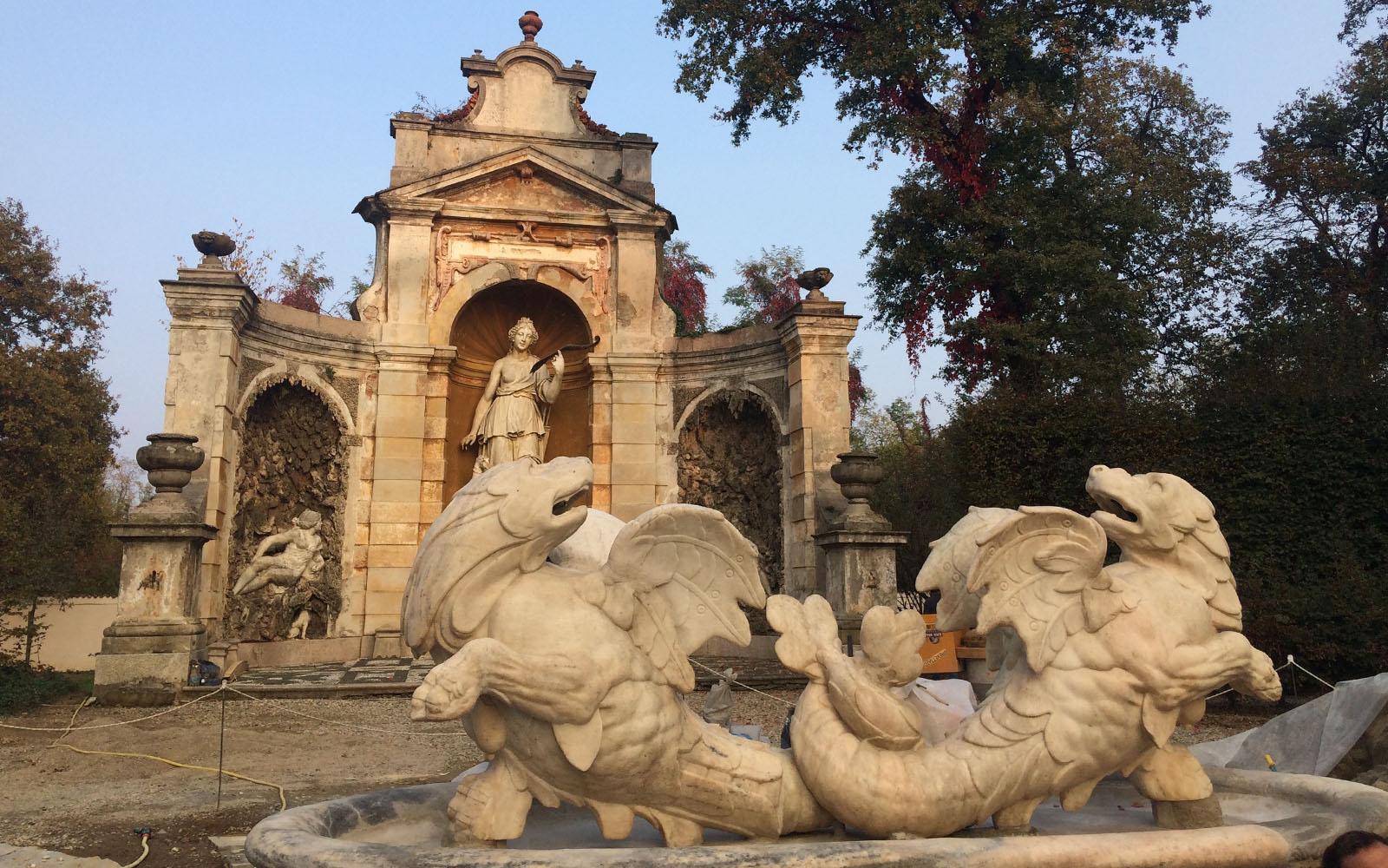 Le sculture dei Tritoni della Fontana e, dietro, il Teatro di Diana.