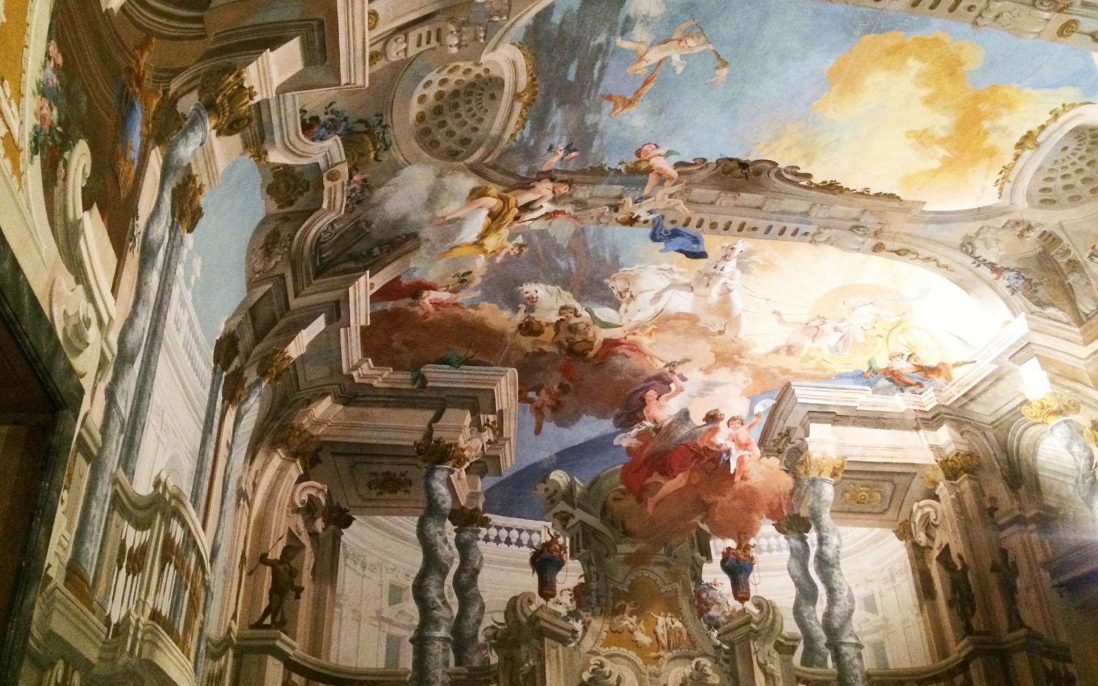 Uno dei molteplici affreschi sul soffitto di Villa Arconati, nel Piano Nobile.