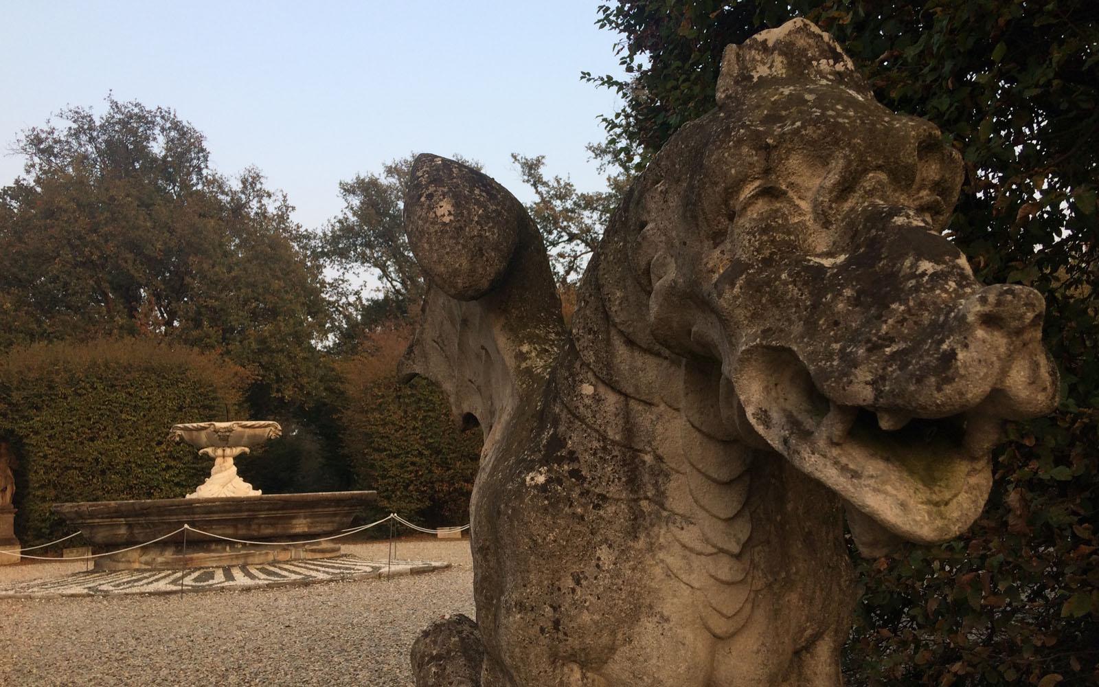 Una statua classica nel giardino di Villa Arconati.