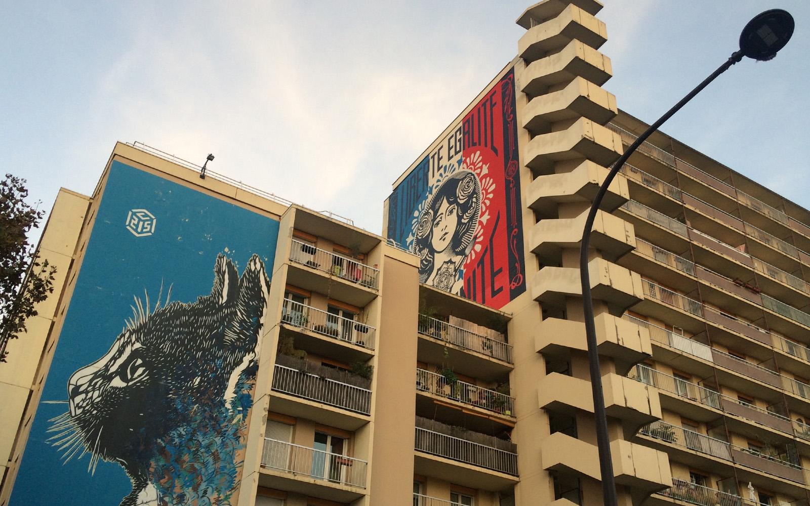 """Il murale """"Liberté, Égalité, Fraternité""""."""